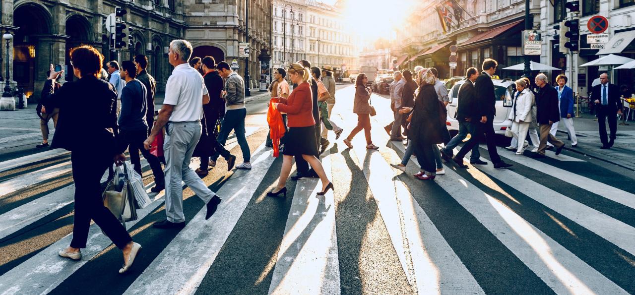 Pessoal caminhando na rua